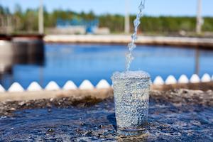 Sauberes Wasser in einem Glas